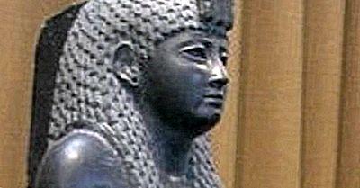 Donc, Cléopâtre A Vécu Plus Près Du Premier Atterrissage Lunaire Que Des Grandes Pyramides?